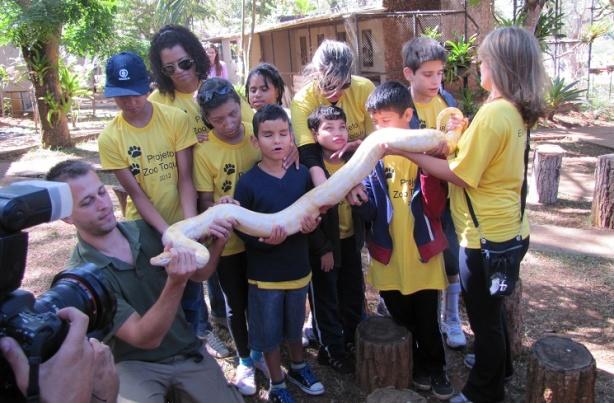 Crianças cegas visitam o Zoológico de Brasília